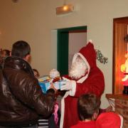 La remise des cadeaux aux enfants